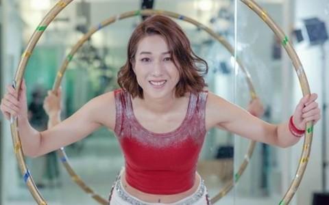 华裔小姐冠军紧身中空装热舞 重温16年前选美才艺