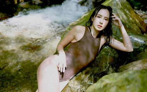 房思瑜山中裸上身放飞自我 出道19年首发健美写真书