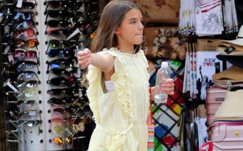 阿汤哥14岁爱女舒莉暴风抽高秀酥胸!V领上街充满星味